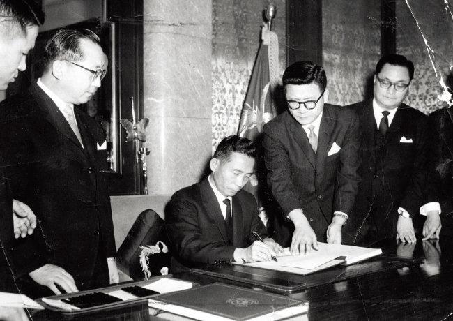 1965년 6월 22일 체결된 한일협정 문서에 서명하는 당시 박정희 대통령. [동아DB]