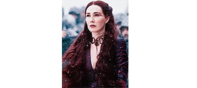 '왕좌의 게임'에서 붉은 머리, 붉은 눈을 가진 아름다운 멜리산드레는 루비 초커를 하고 나온다. [위키피디아]