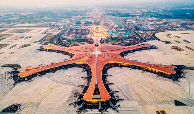 날개를 편 봉황을 형상화한 세계 최대 규모의 중국 베이징 다싱국제공항. [VCG]