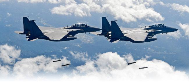 F-15K, F-4D 편대가 독도 상공을 초계비행하며 변함없는 대한민국 영공 수호자다운 위용을 드러내고 있다. [사진 제공 · 공군]