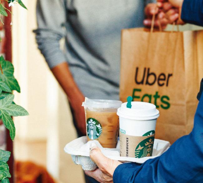 스타벅스는 미국 일부 지역에서 우버이츠를 통해 배달 서비스를 제공하고 있다. [Twitter@Starbucksnews]