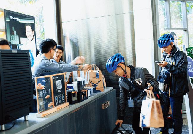 최근 중국에서 루이싱커피는 저렴한 가격과 배달 서비스를 내세워 시장점유율 1위인 스타벅스를 무섭게 추격하고 있다. [사진 제공 · 루이싱커피]