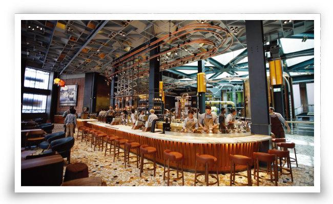 지난해 9월 이탈리아 밀라노에 문을 연 스타벅스의 이탈리아 1호점. 커피 원두 로스터리 설비를 매장 안에 설치한 리저브 로스터리 매장이다. [AP=뉴시스]