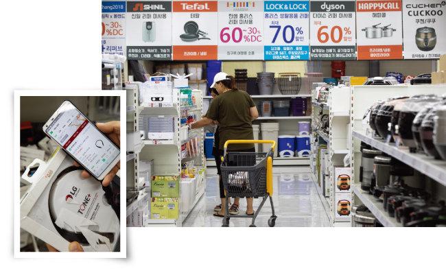 올랜드아울렛 파주본점에서 소형가전 코너를 둘러보는 고객(오른쪽). 리퍼브 매장을 방문한 사람들은 인터넷 최저가와 비교해가며 더 싼 리퍼브 제품을 고른다. [지호영 기자]