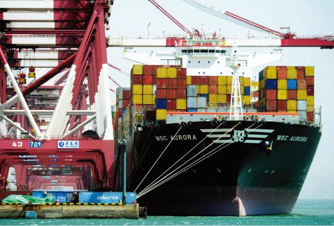 7월 5일 미국 조지아주 서배너 항에서 컨테이너선이 적재 준비를 하고 있다. 미·중 무역분쟁여파로 글로벌 교역량이 줄면서 한국의 경상수지 흑자 규모가 크게 감소했다. [AP=뉴시스]