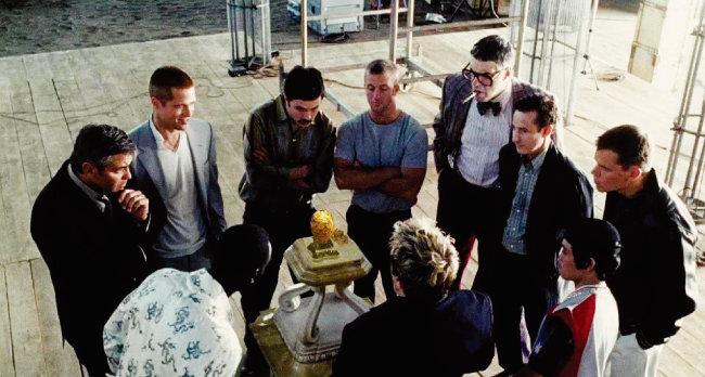 영화 '오션스 트웰브'에서 조지 클루니(대니 오션 역) 일당이 박물관에 전시된 파베르제의 달걀을 손에 넣고자 치밀한 계획을 세우는 장면. [영화 '오션스 트웰브' 화면 캡처]