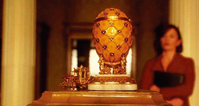 영화 '오션스 트웰브'에서  박물관에 전시된 파베르제의 달걀을 둘러보는 캐서린 제타존스(이사벨 라히리 역). [영화 '오션스 트웰브' 화면 캡처]