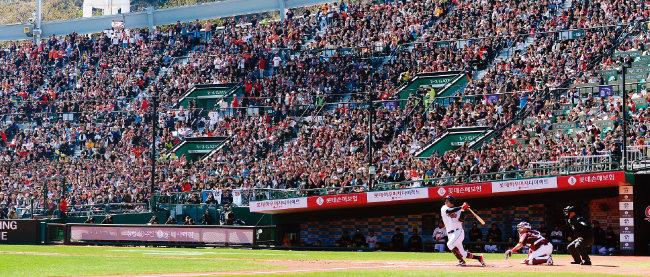3월 24일 부산 사직야구장에서 열린 키움 히어로즈와 롯데 자이언츠의 경기. 주말임에도 관중석에 빈자리들이 보인다. [동아DB]