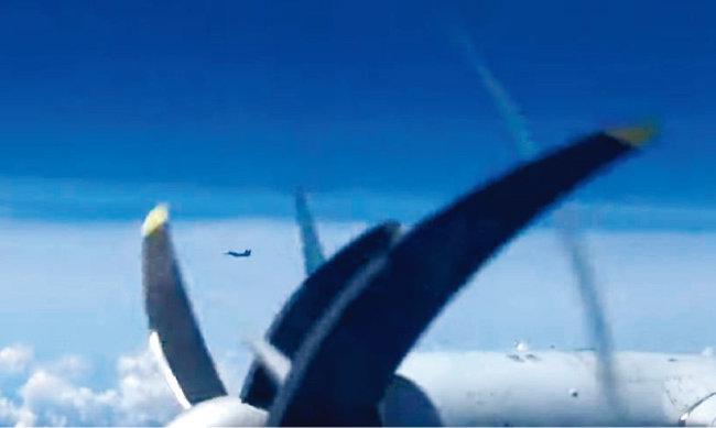 러시아 국방부가 중국 공군과 동해 해역에서 실시한 첫 연합 공중훈련의 영상을 공개했다. 영상에는 러시아 TU-95 전투기가 한국방공식별구역(KADIZ)에 진입할 당시 한국 공군 F-15K로 추정되는 전투기 2대가 나란히 비행하는 모습이 담겨 있다. [동아DB]