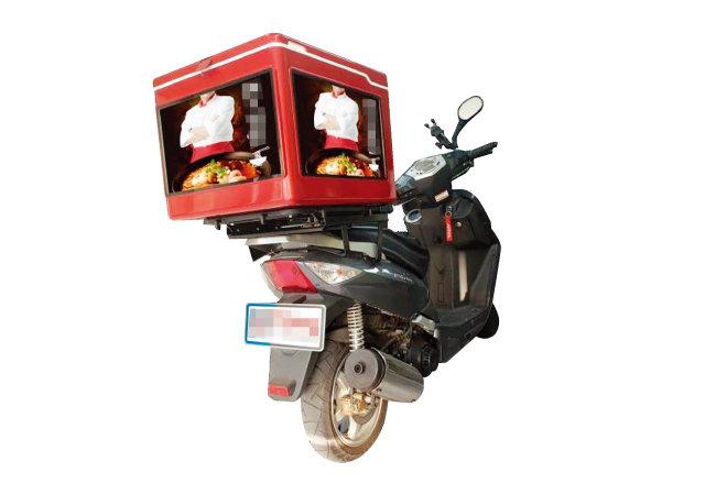 일반적인 배달용 오토바이. 배달 박스에는 업체 이름이나 전화번호가 적힌 경우가 많다.