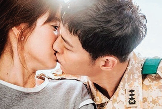 KBS 드라마 '태양의 후예'에서  송혜교 송중기의 키스 씬. [드라마 '태양의 후예' 화면 캡처]