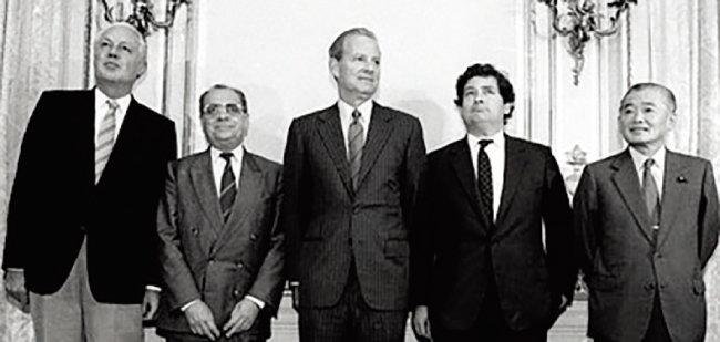 1985년 미국 뉴욕 플라자호텔에서 열린 플라자합의(G5 재무장관회의) 당시 모습. [위키피디아]