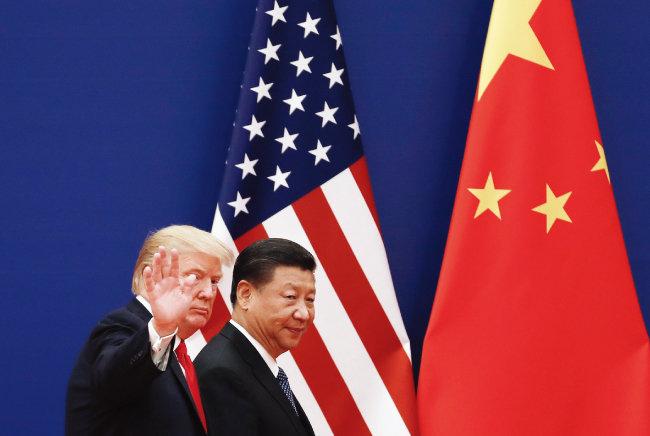 2017년 11월 9일 도널드 트럼프 미국 대통령(왼쪽)이 시진핑 중국 국가주석과 중국 베이징 인민대회당을 걷고 있다. [AP=뉴시스]