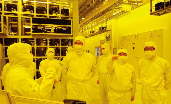 이재용 삼성전자 부회장(오른쪽에서 네 번째)이 8월 6일 삼성전자 천안사업장을 방문해 현장경영에 나섰다. [뉴스1]