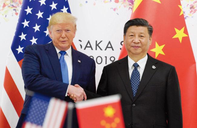 도널드 트럼프 미국 대통령(왼쪽)과 시진핑 중국 국가주석이 6월 29일 오전 일본 오사카에서 비공개 정상회담을 앞두고 악수하고 있다. [AP=뉴시스]