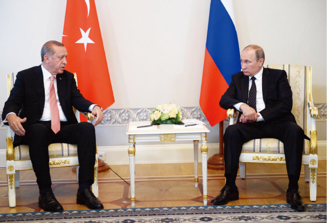 2016년 8월 9일(현지시각) 러시아 상트페테르부르크에서 레제프 타이이프 에르도안 터키 대통령(왼쪽)과 블라디미르 푸틴 러시아 대통령이 정상회담을 하고 있다. [신화=뉴시스]