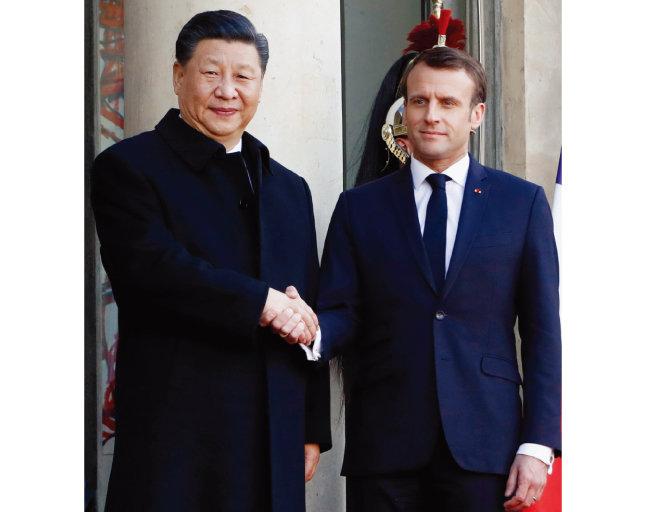 에마뉘엘 마크롱 프랑스 대통령(오른쪽)과 악수하는 시진핑 중국 국가 주석. [AP=뉴시스]