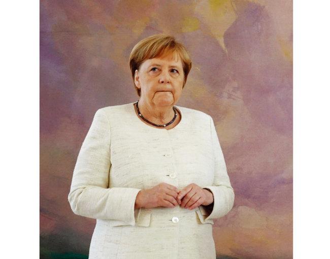 입을 다문 채 온몸을 떠는 증상을 보인 앙겔라 메르켈 독일 총리. [AP=뉴시스]