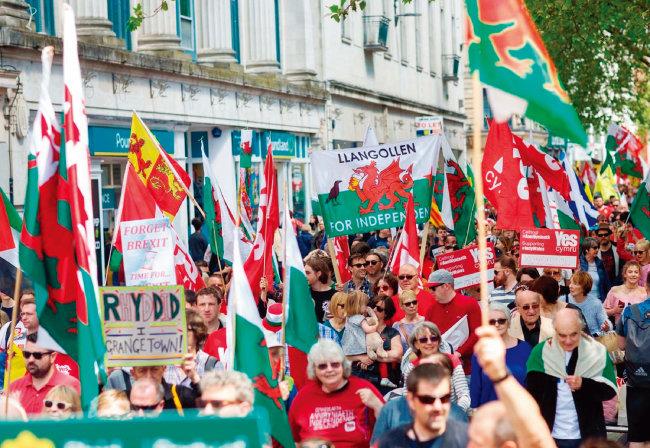 웨일스 주민들이 수도 카디프에서 영국으로부터 분리독립 지지 시위를 하고 있다. [walesonline]