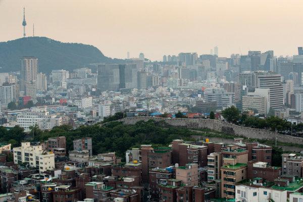 전망대에서 볼 수 있는 서울의 기이한 풍경. 한양도성을 기점으로 그 아래로는 산동네 주택, 위로는 고층빌딩의 스카이라인이 대조적으로 펼쳐진다. [지호영 기자]