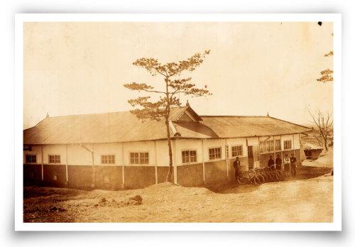 1930년대 충남 당진 신평양조장의 모습. 막걸리를 나무통에 담아 자전거로 배달했다. [사진 제공 · 신평양조장]
