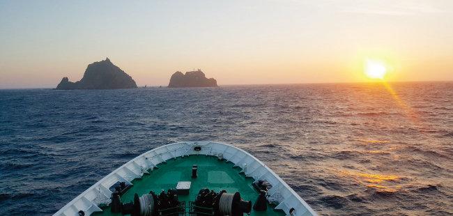 해경훈련함 '바다로함'에서 바라본 독도의 일출 모습. [이정훈 기자]