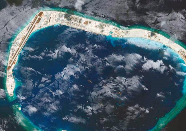 중국이 남중국해 미스치프 환초를 인공섬으로 만들어 군사기지를 조성한 모습. [CSIS]