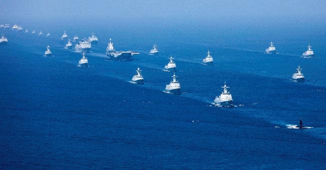 지난해 4월 중국 인민해방군은 남중국해에서 관함식을 가졌다. [China.mil]
