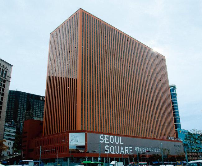 NH농협리츠운용은 10월 서울역 맞은편 서울스퀘어(사진)를 포함한 4개 프라임급 우량 오피스에 대한 재간접형 공모리츠를 상장할 예정이다. [이서현 동아일보 기자]