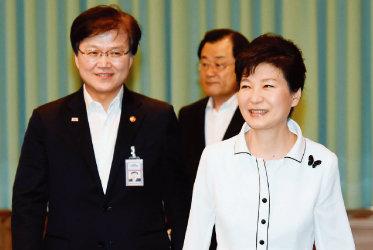박근혜 전 대통령(오른쪽)과 최양희 전 미래창조과학부 장관. [청와대사진기자단]
