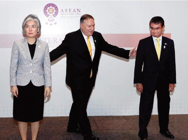 8월 2일 마이크 폼페이오 미국 국무부 장관(가운데), 강경화 외교부 장관(왼쪽), 고노 다로 일본 외무상이 태국 방콕에서 한미일 외교장관 회담에 앞서  기념 촬영을 하고 있다(위). [뉴시스]