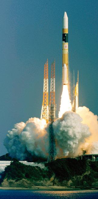2011년 12월 일본 가고시마현 다네가시마 우주센터에서 정찰위성을 탑재한 H-2A 로켓의 발사 모습. [AP=뉴시스]