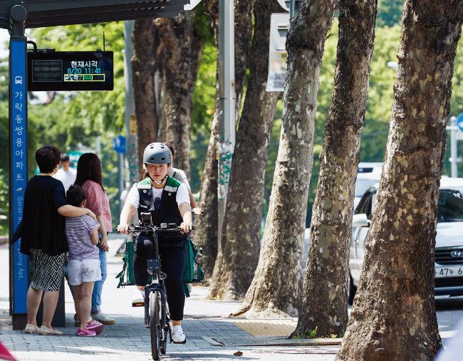 8월 20일 직장인 박지혜 씨가 서울 송파구에서 부업으로 전기자전거를 타고 음식을 배달하고 있다. [홍중식 기자]