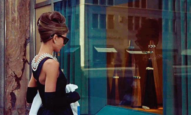 '티파니에서 아침을'은 미국 소설가 트루먼 커포티의 동명소설을 영화로 만들어 1961년 개봉했다. 쇼윈도에서 눈을 떼지 못하는 오드리 헵번의 모습은 전설로 남아 있다. [영화 '티파니에서 아침을' 화면 캡처]