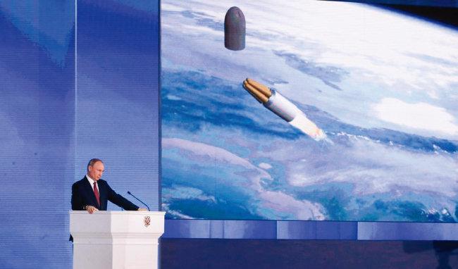 블라디미르 푸틴 러시아 대통령이 지난해 국정연설에서 핵추진 순항미사일을 소개하고 있다. [TASS]