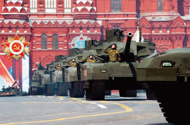 러시아의 최신예 탱크 T-14 아르마타가 전승절에 모스크바 붉은 광장을 지나고 있다. [러시아 국방부]