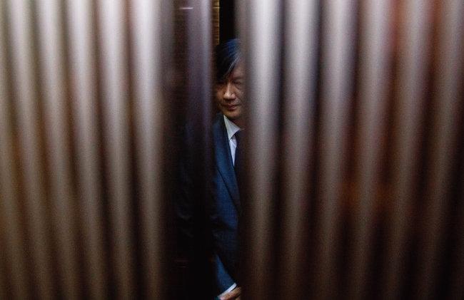 조국 법무부 장관 후보자가 8월 23일 오후 서울 종로구 적선현대빌딩에서 사모펀드와 사학재단 웅동학원을 사회에 환원하겠다고 밝힌 뒤 승강기에 타고 있다. [뉴스1]