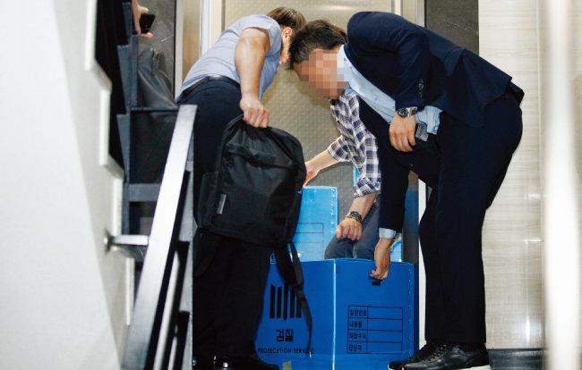 검찰 관계자들이 8월 27일 오후 조국 후보자 가족이 투자한 사모펀드 운용사 코링크프라이빗에쿼티 사무실(서울 역삼동)에 대한 압수수색을 마친 뒤 압수품 상자를 옮기고 있다. [뉴스1]