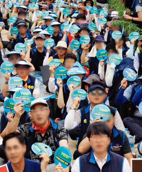 시민단체들이 8월 13일 정부세종청사 기획재정부 앞에서  '건강보험 재정, 국고지원 정상화 및 확대 쟁취를 위한 결의대회'를 가졌다. [뉴스1]