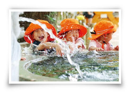 경남 함양군 함양읍 상림공원에서 숲 체험을 나온 성민어린이집 아이들이 물놀이를 즐기고 있다. [사진 제공 · 김용만 경남 함양군청 주무관]