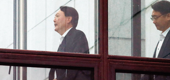 9월 4일 윤석열 검찰총장(왼쪽)이 대검찰청에서 점심 식사를 위해 구내식당으로 이동하고 있다. [뉴시스]