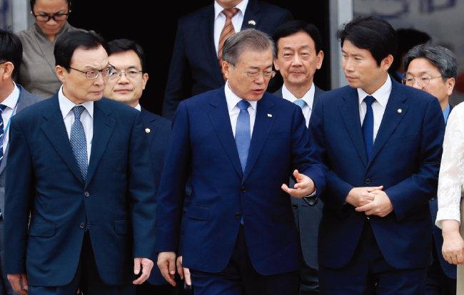 더불어민주당 이해찬 대표(왼쪽)와 이인영 원내대표가 9월 1일 동남아 순방을 위해 출국하는 문재인 대통령을 배웅하고 있다. [뉴시스]