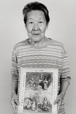 사진작가 김종욱 씨가 촬영한 재한 일본인 아내 요네모토 도키에 씨의 생전 모습. 자신의 어릴 적 모습이 담긴 사진을 들고 있다. [사진 제공 ·김종욱]