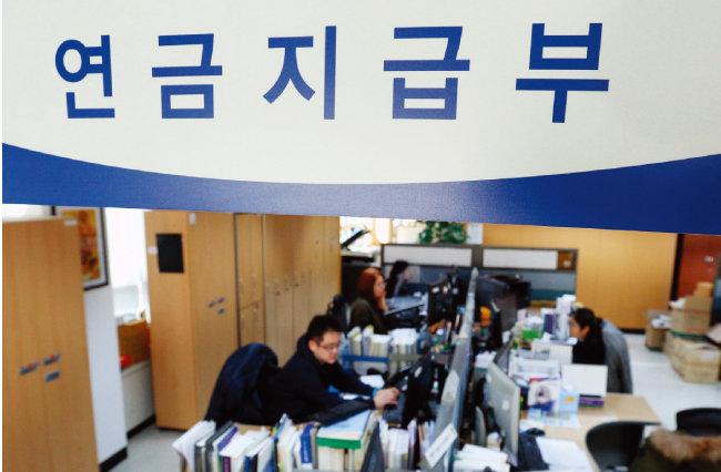 국민연금제도 개편안이 발표된 지난해 12월 오후 서울 서대문구 국민연금공단 서울북부지역본부에서 직원들이 근무하고 있다. 이날 발표된 국민연금 개편안은 보험료 추가 부담 없이 '기초연금을 더 받을 것이냐', 재정 안정을 위해 '보험료를 더 내고 수령액을 높일 것이냐'로 나뉜다. [뉴스1]