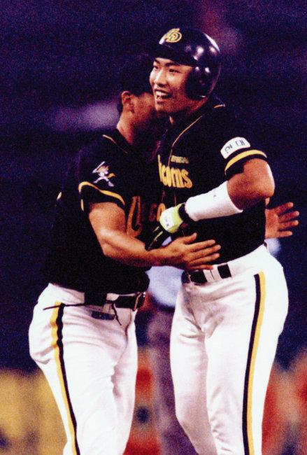 1996년 현대 유니콘스의 '괴물신인' 박재홍(오른쪽)이 3회 초 3점 홈런을 날려 국내 프로야구 사상 첫 30홈런-30도루 클럽 가입이라는 대기록을 달성한 뒤 활짝 웃고 있다. [동아DB]