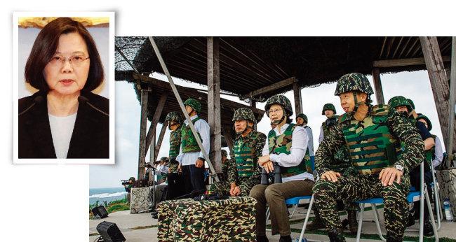 차이잉원 대만 총통이 신년사에서 양안 유지와 대만 주권을 강조하고 있다(위). 차이잉원 대만 총통이 중국의 침공에 대비한 대만군의 훈련 상황을 지켜보고 있다(오른쪽에서 두 번째). [CNA]