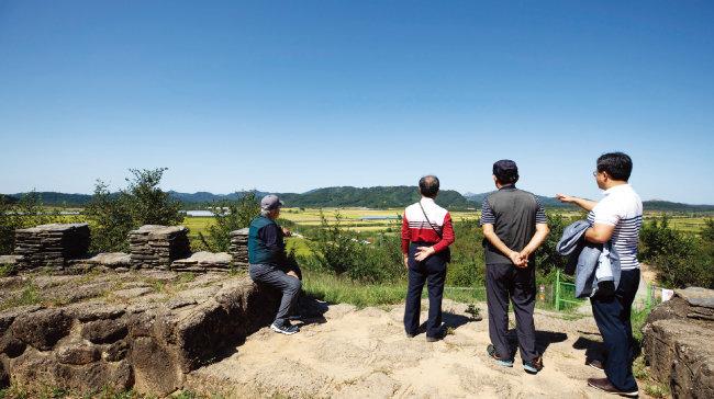 경기 고양시에서 왔다는 세 어르신이 백마고지를 바라보며 과거 군 생활 경험을 회고하고 있다. [지호영 기자]