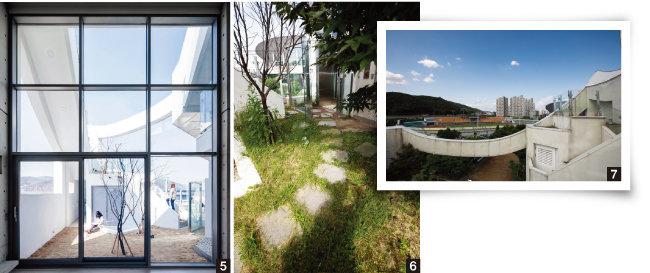 5 4층 주거공간의 채광창에서  내다보이는 뜨락의 풍광. 6 푸른 잔디가 깔린 뜨락의 디딤돌을 따라가면 주거공간이 나온다. 7 옥상정원에서 바라본 풍경. [사진 제공 · 이로재김효만건축사사무소, 조영철 기자]