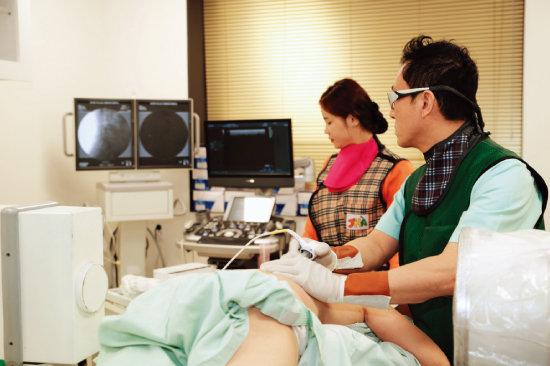 안강병원에서 통증 환자를 진료하는 모습. [사진 제공 · 안강병원]
