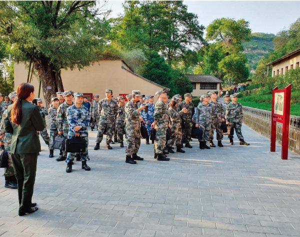 국방대 학생들이 홍군사령부가 위치한 왕자핑(王家坪) 팔로군총사령부 유적지에서 안내원의 설명을 듣고 있다. [하종대]